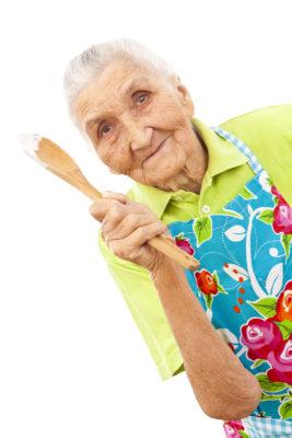 Ältere Dame mit Kochlöffel